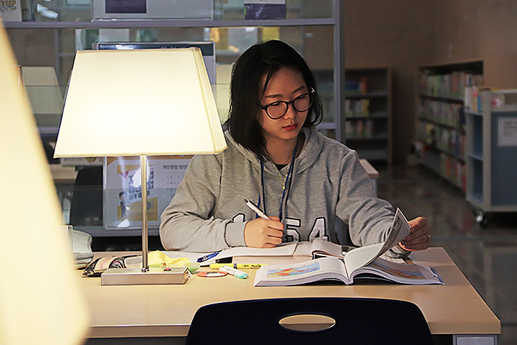 Ewhaian are spotted everywhere even at late night studying for the midterm exams. Photo by Park Jae-won.