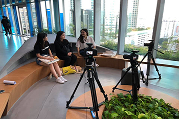 Han Hye-kyung is sitting in the middle at SBS Hall, doing an interview for SUBUSU NEWS. In front of her is her guide dog. Photo provided by Han Hye-kyung.