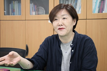 Chairman Ahn Hye-yeon says one's work life is not an option that can be eliminated by the responsibilities of being a part of a family.  Photo by Heo Sol.