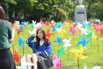 Pinwheels placed on the lawn in front of Hak-gwan. Photo by Ko Yu-seon