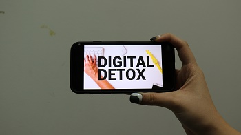 Digital detox has become a key trend, in a society dominated by screens and devices.  Photo by Yun Sol.