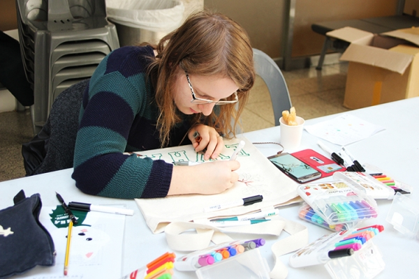 An international student is designing her own echobag at Student Union Building.
