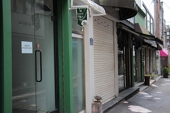 The Ewha 52nd street is filled with for-lease signs and vacant stores. Photo by Heo Sol.