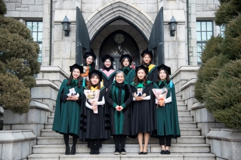 The newly designed graduation gown designed to combine the style of an H-line jacket with an A-line cape. Photo provided by Professor Park Sun-hee.