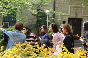 During their visit, alumnae are shown new ways to look at the university through various tours such as introduction on flowers on campus. Photo by Park Jae-won.