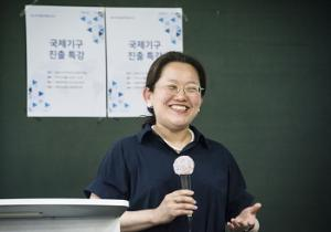Kang Min-whee, the first Korean female to be appointed director at WHO, gives a lecture on a career in the UN. Photo provided by Ewha Weekly (Hwang Bo-hyun).