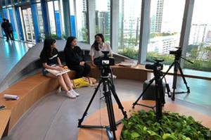 Han Hye-kyung is sitting in the middle at SBS Hall, doing an interview for SUBUSU NEWS. In front of her is her guide dog.​​​​​​​Photo provided by Han Hye-kyung.