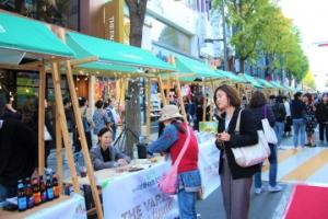 ② A flee market of 49 booths exhibiting diverse products of crafters crowds Ewha Road. Photo by Ko Yu-seon.