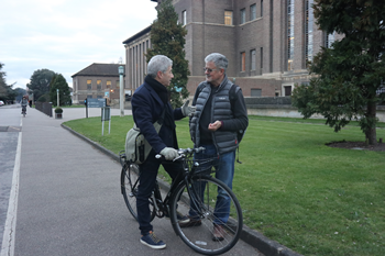 Turning space into a place: Faculty of History professors SaulDubow (left) and Christopher Clark (right) chatting in frontof the Cambridge University Library. Photo by Ryu Seo-yeon