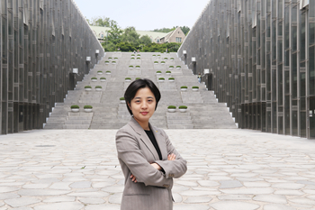 Lawmaker Ryu Ho-jeong stands in front of ECC. Photo by Park Ju-won
