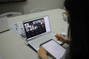 A student takes an online class Zoom class at a table in ECC.Photo by Cho Su-hui